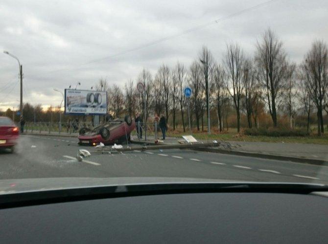 На проспекте Луначарского после столкновения со столбом перевернулась Лада 3.jpg