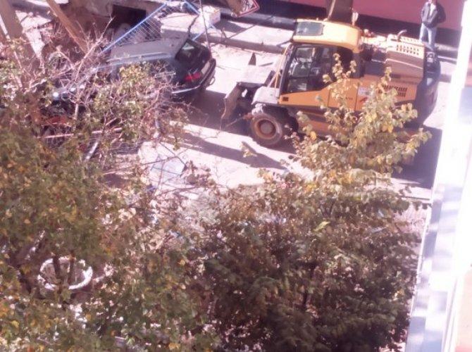 Пьяный водитель провалился в яму в Петербурге 3.jpg