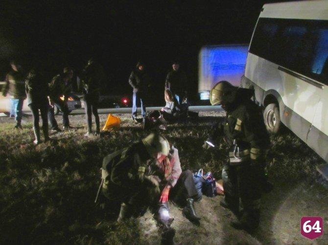 Под Саратовом в ДТП с микроавтобусом пострадали семь человек 3.JPG