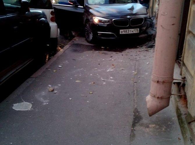 В Василеостровском районе BMW врезалась в дом 4.jpg