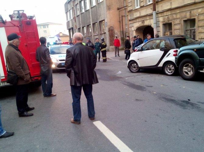 В Василеостровском районе BMW врезалась в дом 2.jpg