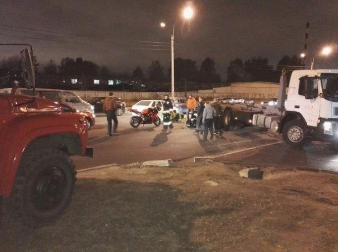 На Митрофаньевском шоссе столкнулись мотоцикл и грузовик 3.jpg