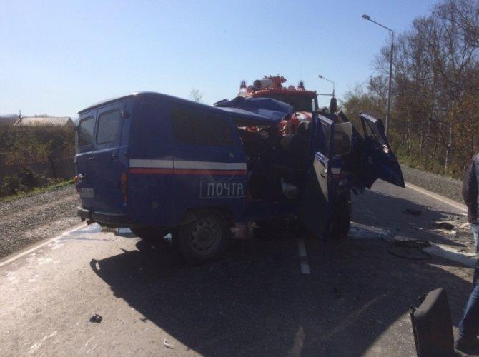На Сахалине столкнулись бетономешалка и «Почта России»: погибли два человека 2.jpg