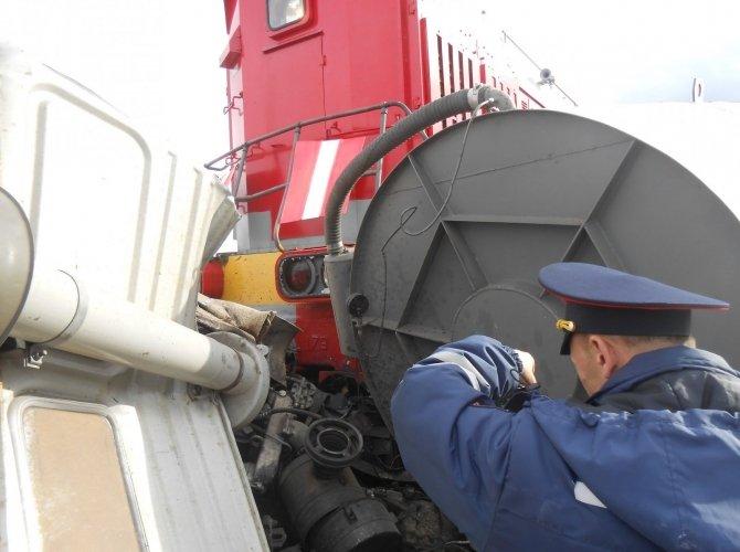 В Тавде поезд протащил по рельсам КамАЗ 3.JPG
