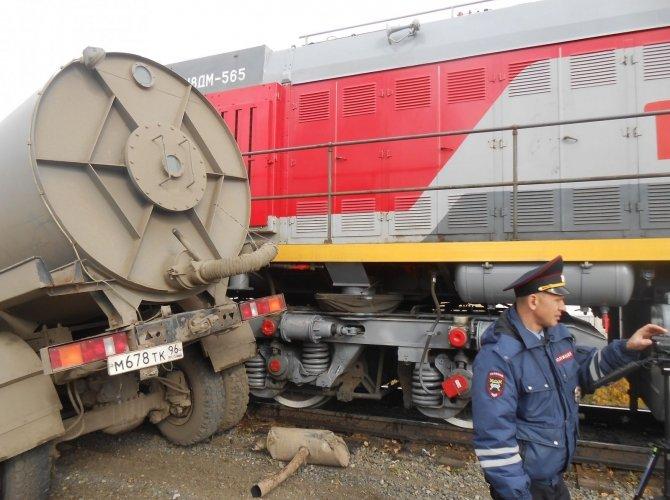 В Тавде поезд протащил по рельсам КамАЗ 1.JPG