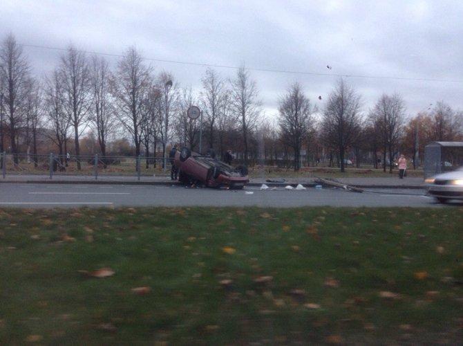 На проспекте Луначарского после столкновения со столбом перевернулась Лада 2.jpg