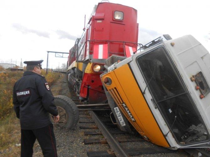 В Тавде поезд протащил по рельсам КамАЗ 4.JPG