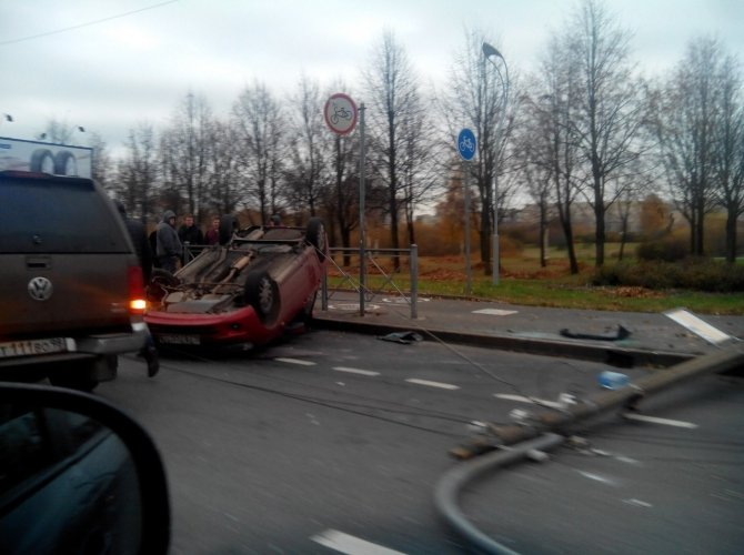 На проспекте Луначарского после столкновения со столбом перевернулась Лада 4.jpg