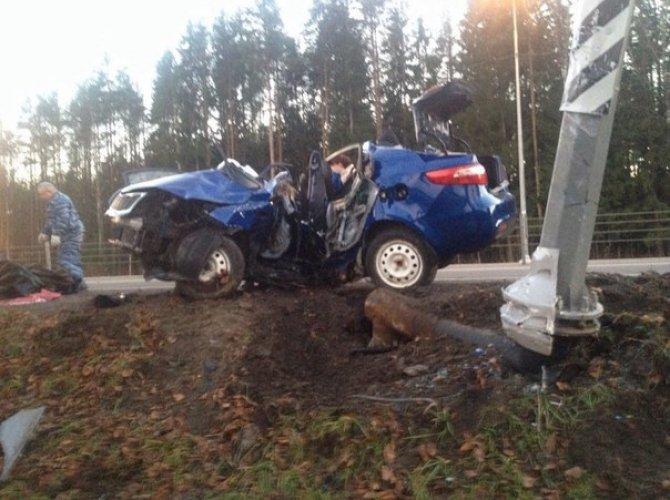 В Тосно два человека погибли, врезавшись в столб на Kia 2.jpg
