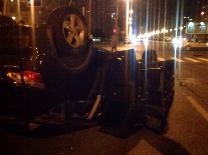 На улице Хошимина в Петербурге перевернулся Nissan Qashqai с ребенком внутри 2.jpg