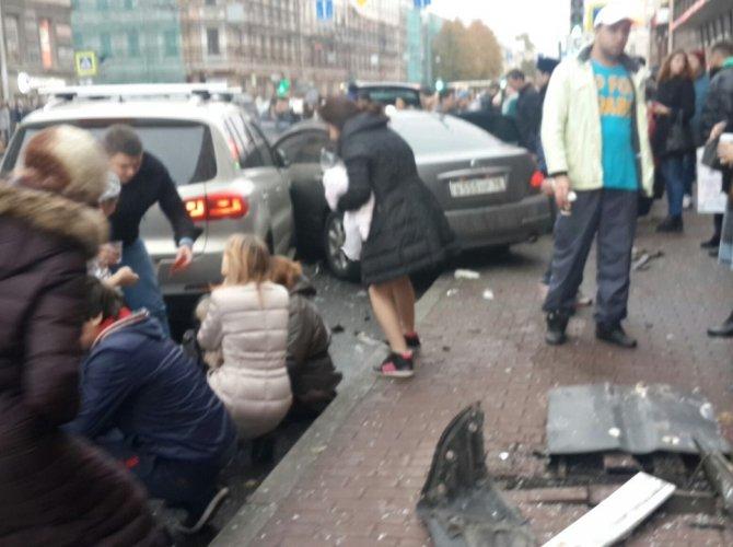 В Санкт-Петербурге водитель уснул за рулем и сбил пятерых пешеходов 7.jpg