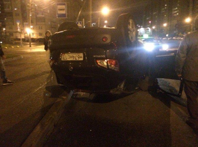 На улице Хошимина в Петербурге перевернулся Nissan Qashqai с ребенком внутри 3.jpg