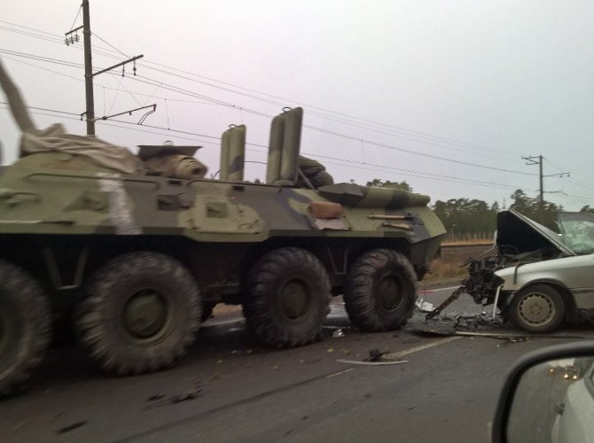 На Краснофлотском шоссе столкнулись БТР и Mercedes 3.jpg