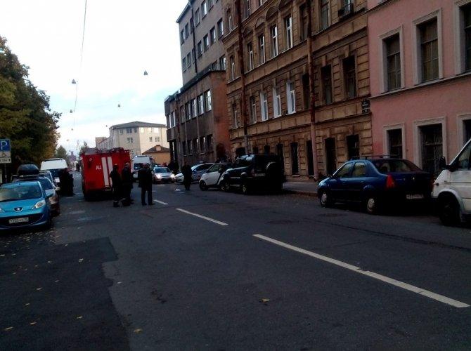 В Василеостровском районе BMW врезалась в дом 3.jpg