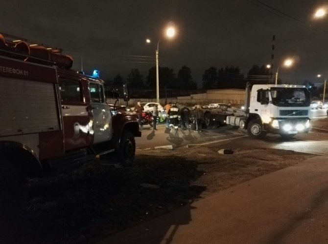 На Митрофаньевском шоссе столкнулись мотоцикл и грузовик 1.jpg