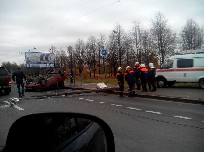 На проспекте Луначарского после столкновения со столбом перевернулась Лада 1.jpg