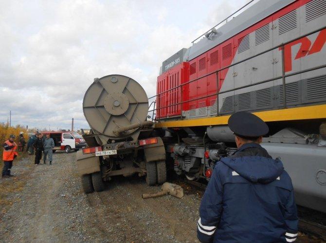 В Тавде поезд протащил по рельсам КамАЗ 2.JPG