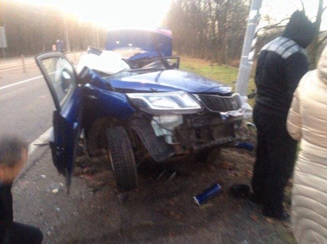 В Тосно два человека погибли, врезавшись в столб на Kia 3.jpg
