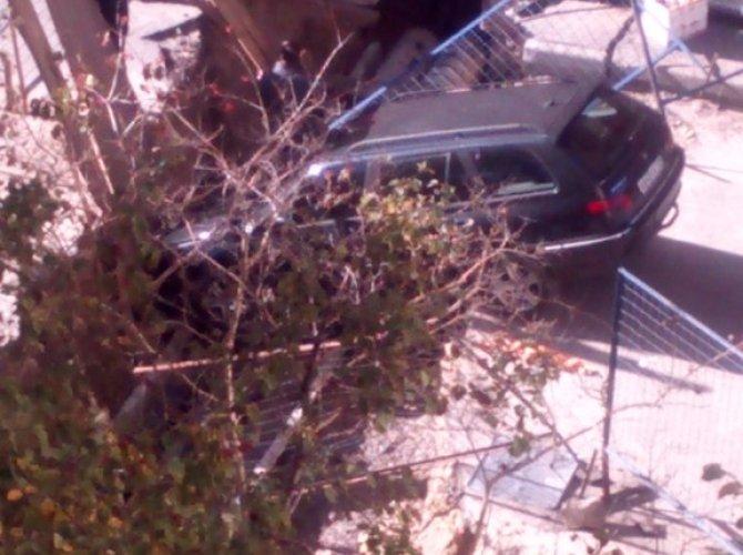Пьяный водитель провалился в яму в Петербурге 2.jpg