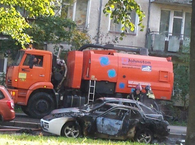 "Porsche загорелся на ходу и поджег ""Ладу"" на проспекте Юрия Гагарина 2.jpg"