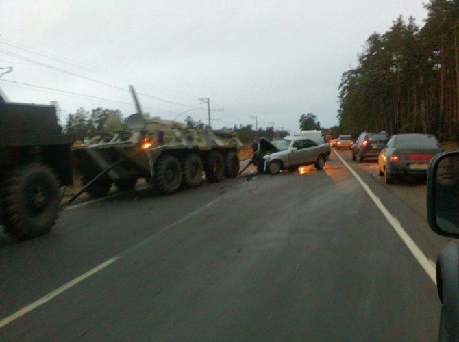 На Краснофлотском шоссе столкнулись БТР и Mercedes 1.jpg