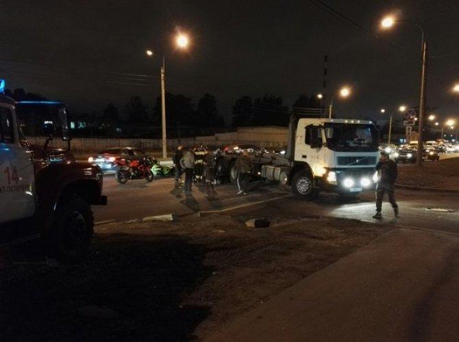 На Митрофаньевском шоссе столкнулись мотоцикл и грузовик 2.jpg