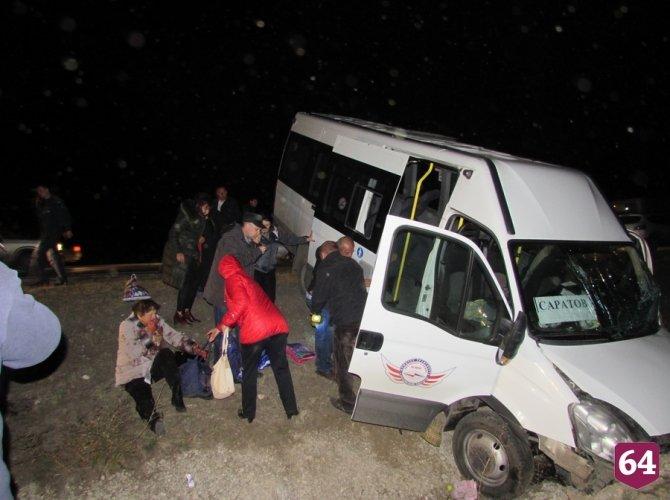 Под Саратовом в ДТП с микроавтобусом пострадали семь человек 7.JPG