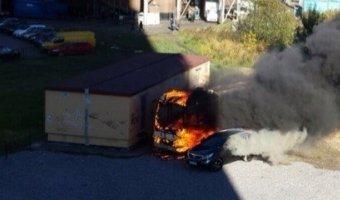 В Московском районе Петербурга сгоревший автобус испугал жителей столбом черного дыма