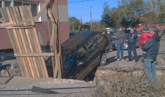 Пьяный водитель провалился в яму в Петербурге