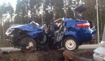 В Тосно два человека погибли, врезавшись в столб на Kia