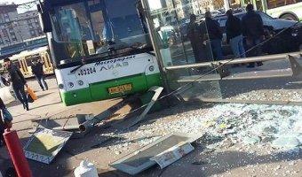 Автобус врезался в остановку на проспекте Мира в Москве