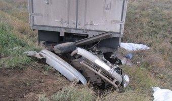 Под Оренбургом КамАЗ раздавил легковушку: пять человек погибли