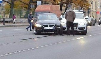 Неудачный разворот на Литейном проспекте завершился столкновением BMW и AUDI