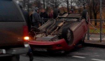 На проспекте Луначарского после столкновения со столбом перевернулась Лада