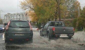 Из-за наводнения в Петербурге спасатели эвакуировали автомобилистов