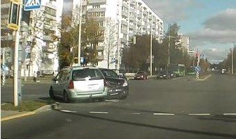 Встречное столкновение двух автомобилей в Минске попало на видеорегистратор