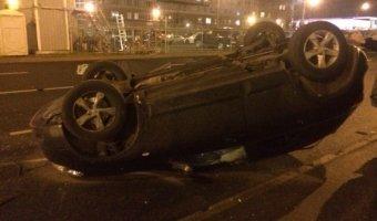 На улице Хошимина в Петербурге перевернулся Nissan Qashqai с ребенком внутри