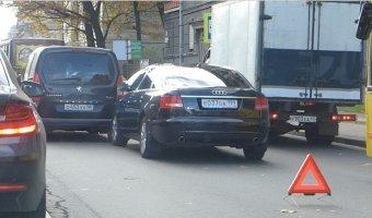 Audi A6 врезался в Peugeot Partner и создал пробку на Академика Лебедева