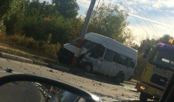 В Энгельсе после ДТП с маршруткой автомобиль разорвало на части