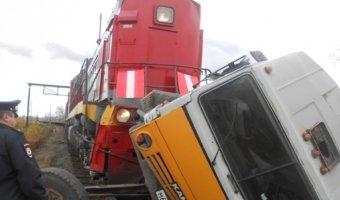 В Тавде поезд протащил по рельсам КамАЗ