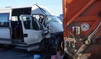 В Брянске маршрутка раздавила водителя мусоровоза