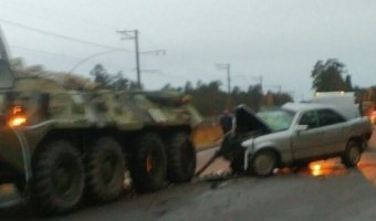 На Краснофлотском шоссе столкнулись БТР и Mercedes