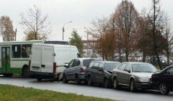 В Колпино неуправляемый рейсовый автобус раздавил сразу несколько легковушек.