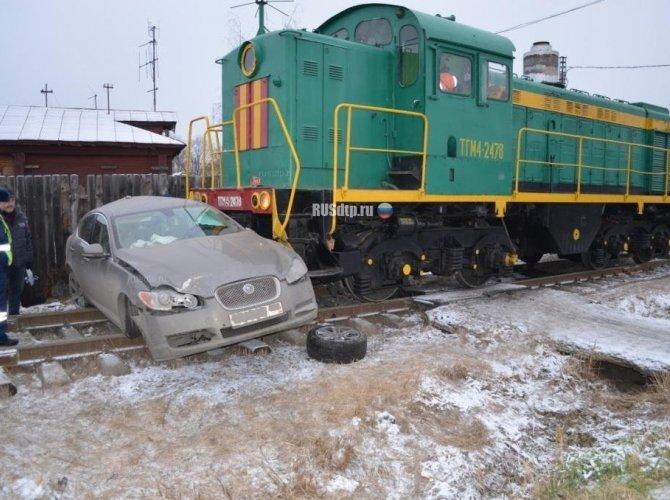 В Ивановской области тепловоз протаранил Jaguar 4.jpg