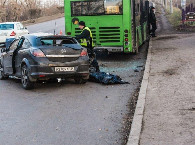 В Красноярске пьяный водитель врезался в автобус 7.jpg