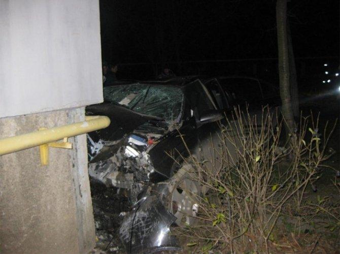 В Керчи автомобиль врезался в дом погибли четыре человека 1.jpg