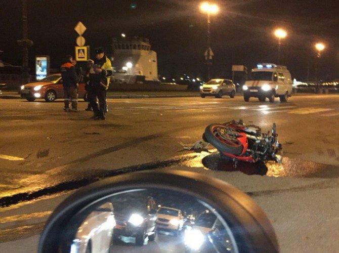 На Васильевском острове в ДТП пострадал мотоциклист 1.jpg