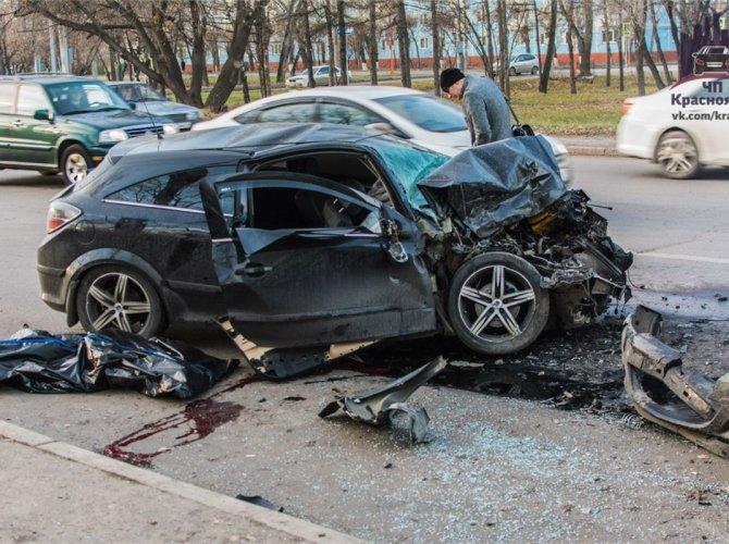 В Красноярске пьяный водитель врезался в автобус 2.jpg