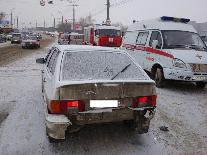 В Ижевске автобус врезался в столб: пострадало 13 человек 3.jpg