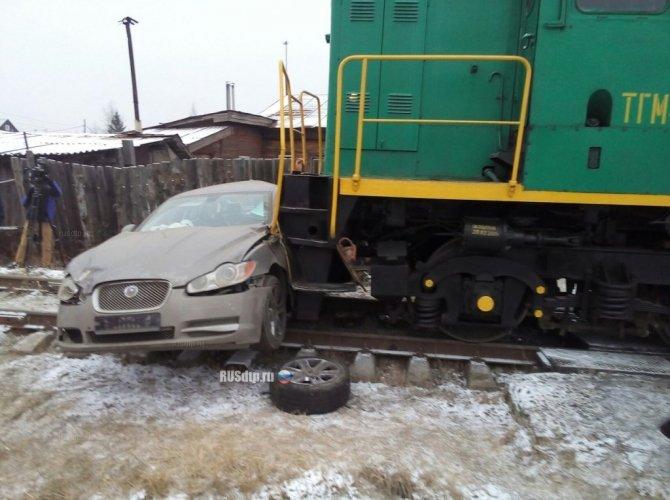 В Ивановской области тепловоз протаранил Jaguar 3.jpg